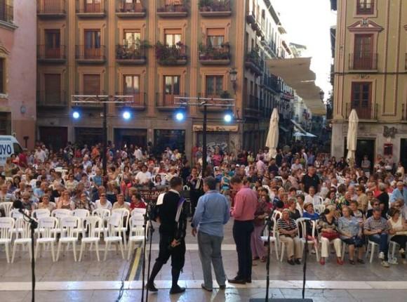 Montaje de sillas en espectaculo de la Tuna de Granada