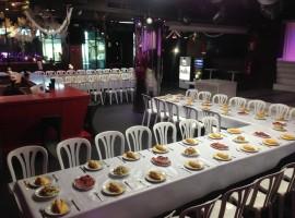Sillas, mesas y mantelería para evento Forum Plaza